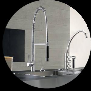 ambientazione di una cucina con un rubinetto a tre vie per l'acqua trattata