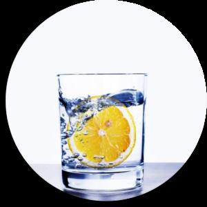 bicchiere d'acqua alcalina con limone