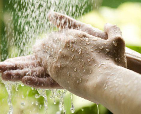 acqua fresca sulle mani